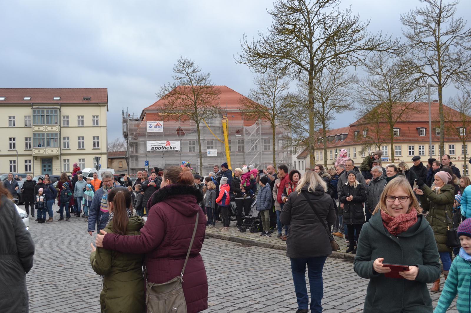 Zuschauer auf dem Markt
